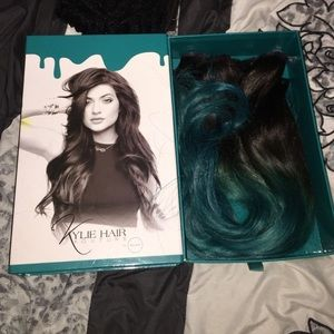 KYLIE JENNER TEAL HAIR EXTENSIONS
